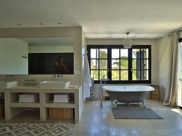 Baño con bañera de preciosa villa en alquiler en Santa Getrudis, Ibiza