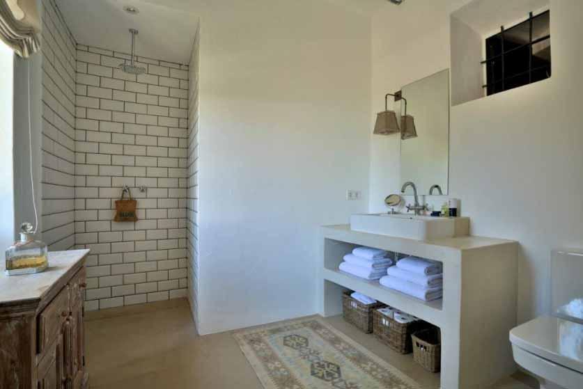 Ванная комната с душем прекрасной виллы на продажу в районе Santa Getrudis, Ibiza