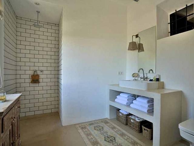 Baño con ducha de preciosa villa en alquiler en Santa Getrudis, Ibiza