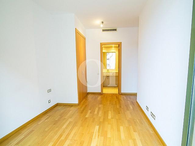 vista de habitación doble con baño en suite en piso en venta en el centro de Barcelona