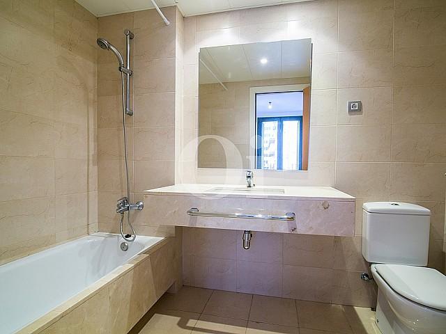 Ванная комната квартиры на продажу в районе Raval, Barcelona