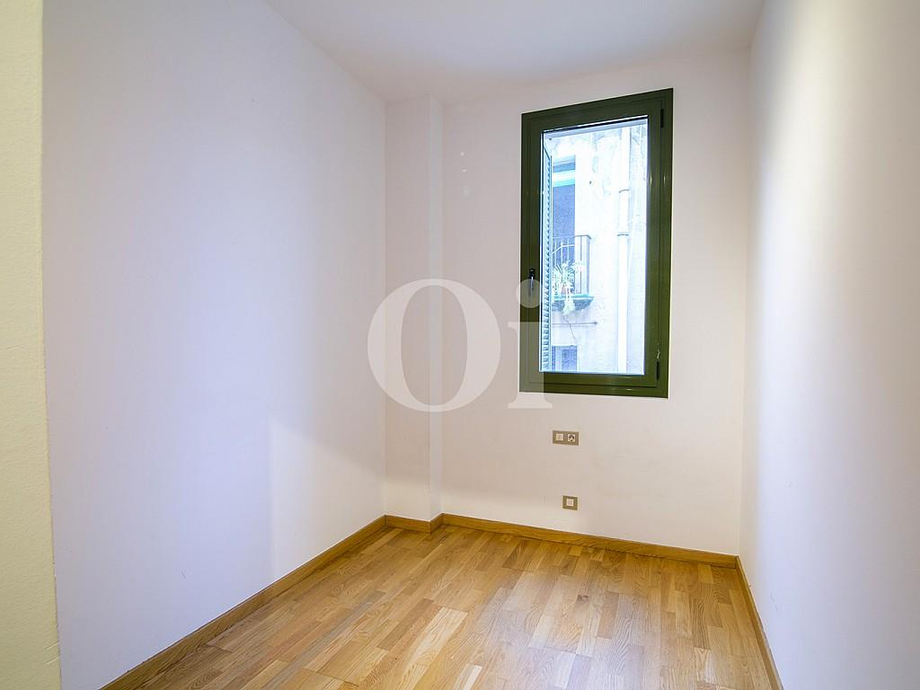 vista de habitación simple con ventana en piso en venta en el centro de Barcelona