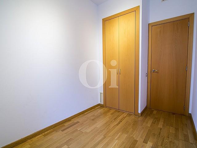 vista de habitación cn armario empotrado en piso en venta en el centro de Barcelona