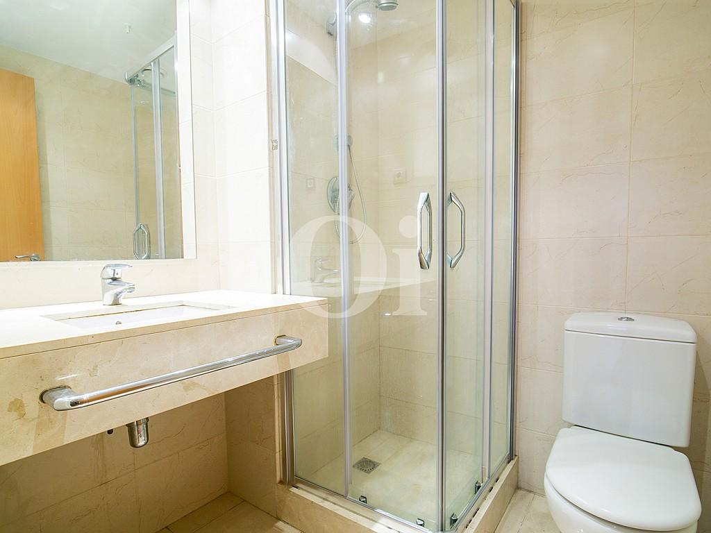 Ванная комната с душем квартиры на продажу в районе Raval, Barcelona