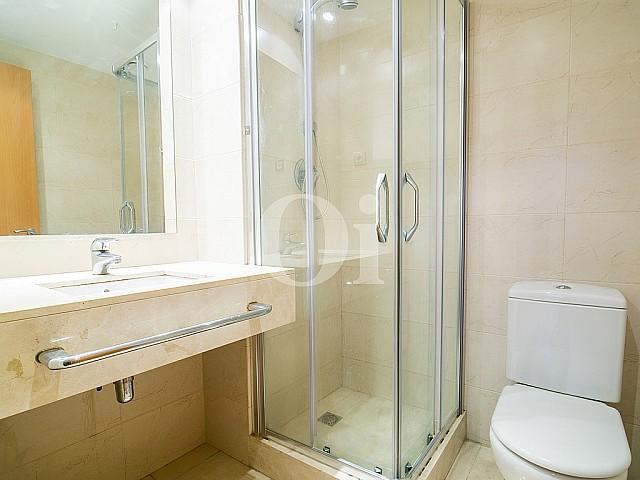 vista de baño completo con garn bañera en piso en venta en el Centro de Barcelona