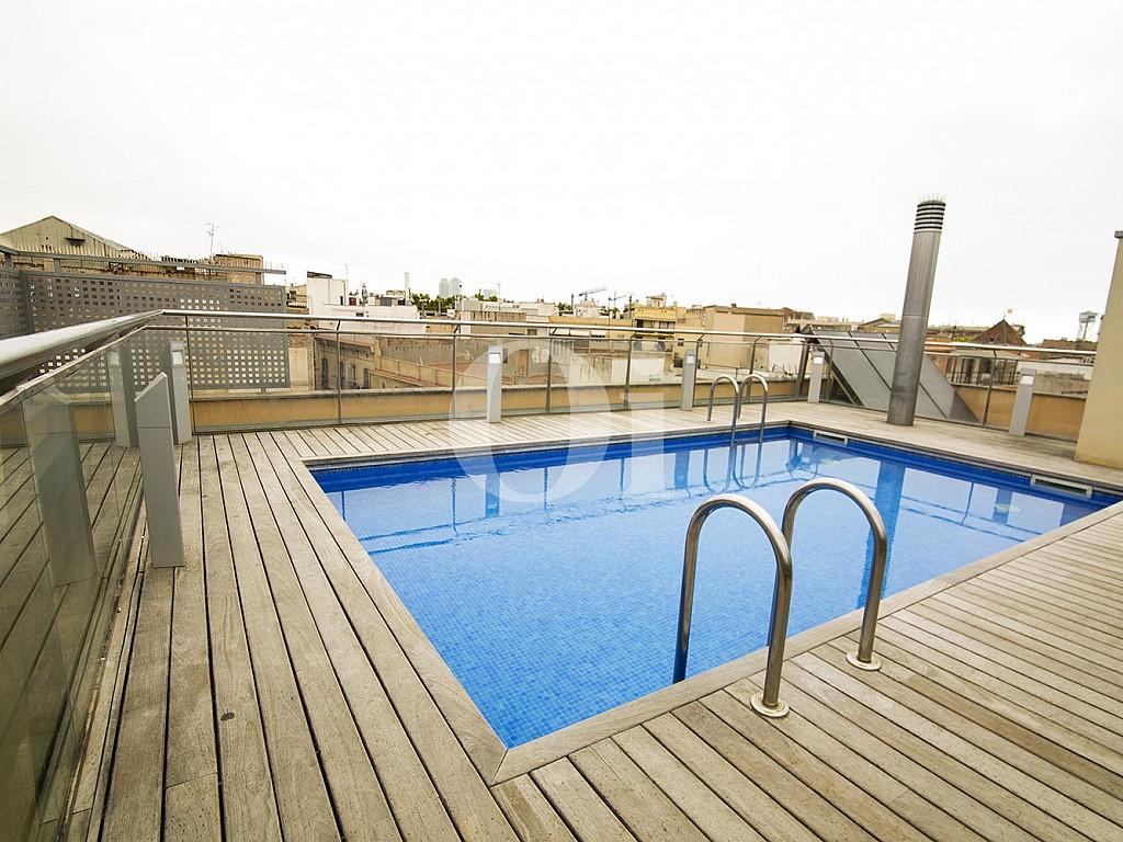 vista de piscina comunitaria con vistas despejadas en el terrado de piso en venta en el centro de Barcelona