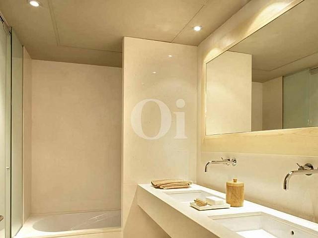 Baño con ducha de propiedad de precioso piso en vent en Sant Gervasi - La Bonanova