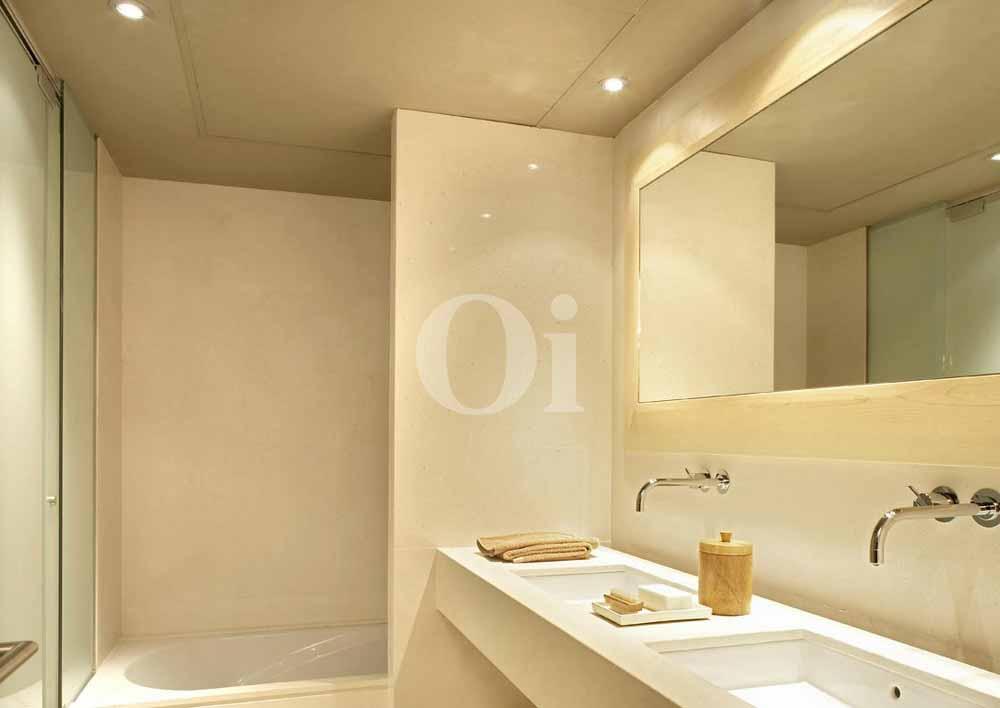 Baño con bañera de precioso apartamento en Sant Gervasi - La Bonanova