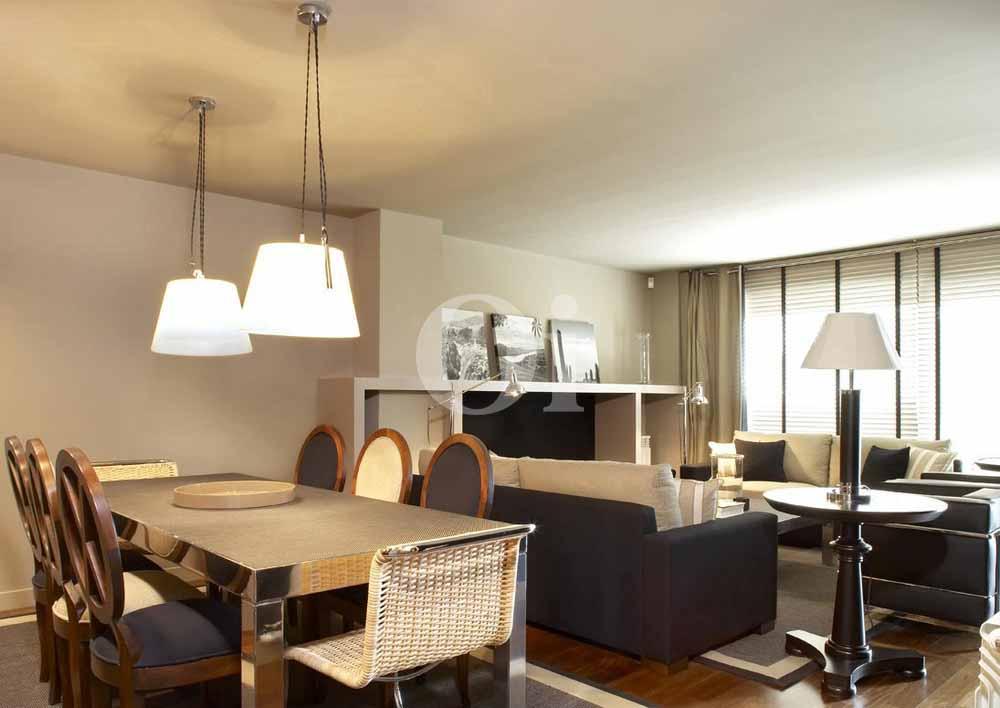 Гостиная-столовая квартиры на продажу в Барселоне