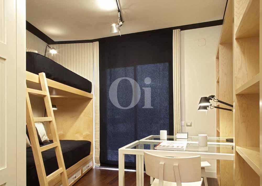 Dormitorio con dos camas de lujoso apartamento en venta Sant Gervasi - La Bonanova, Barcelona