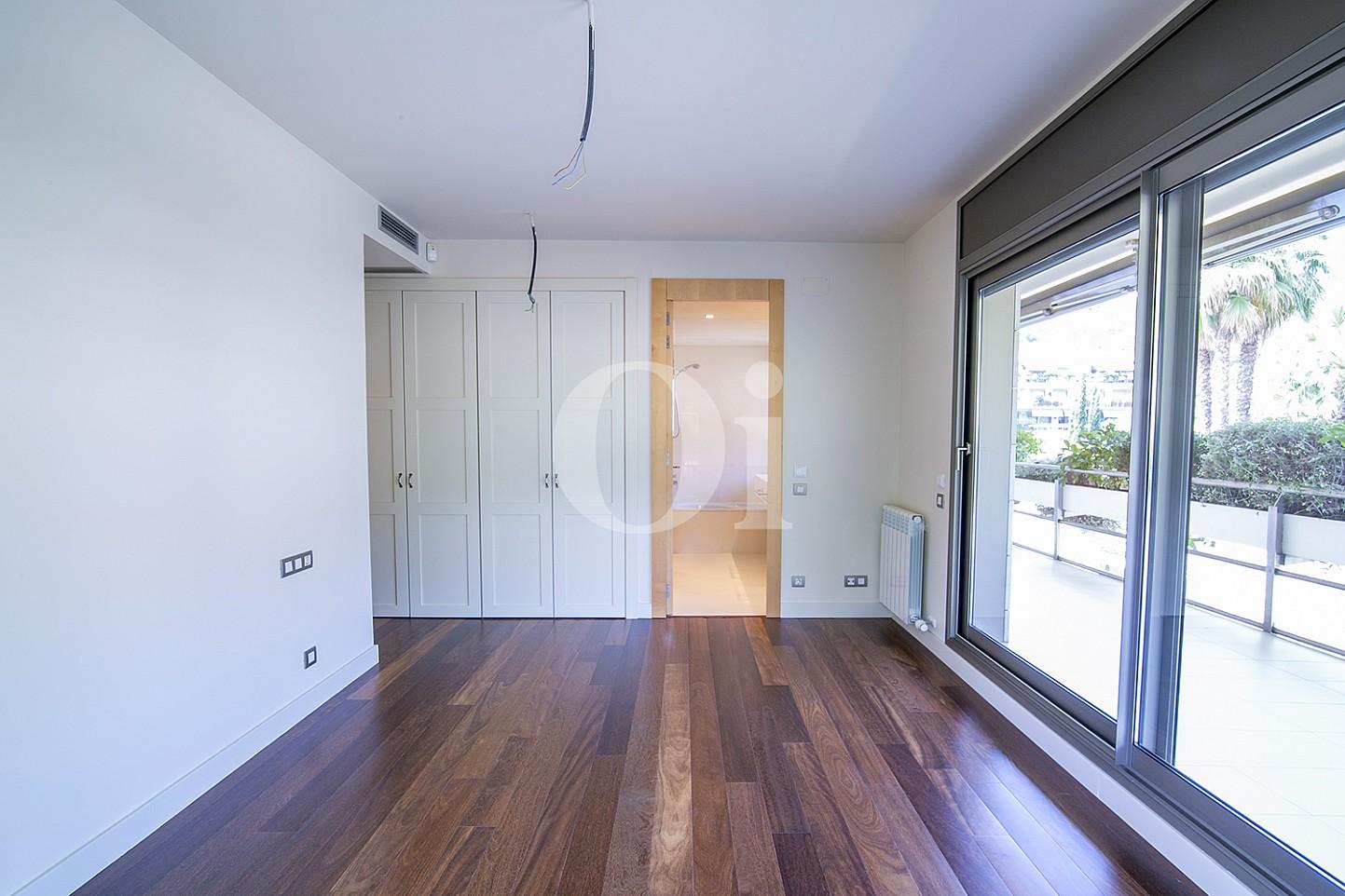 Dormitori amb armaris encastellats i accés a l'exterior