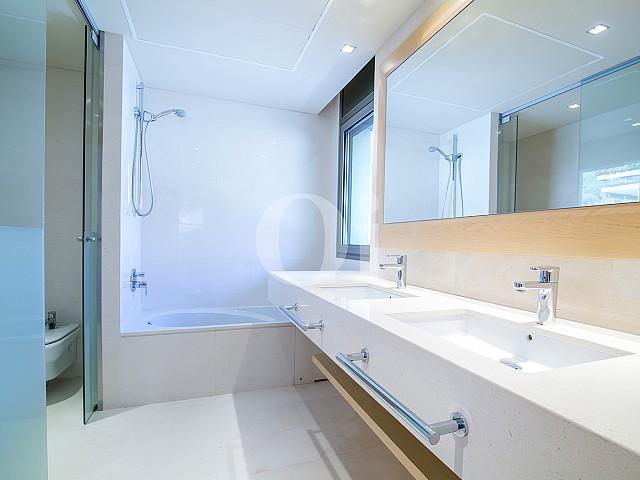 Baño con bañera de precioso apartamento en venta en Torre Vilana, Barcelona