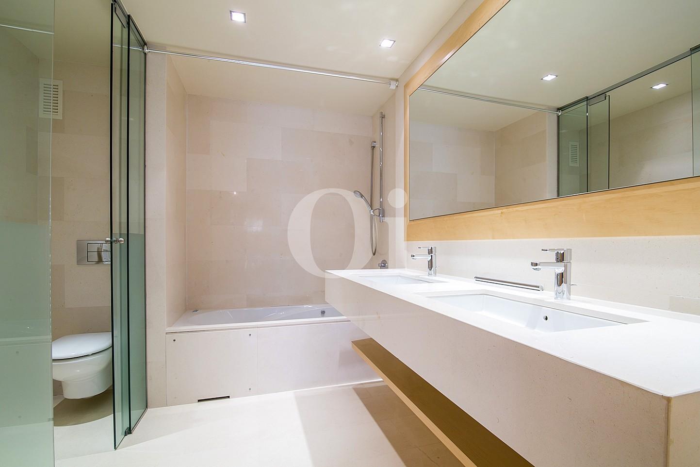 Baño con bañera de precioso apartamento en venta en Saria, Barcelona