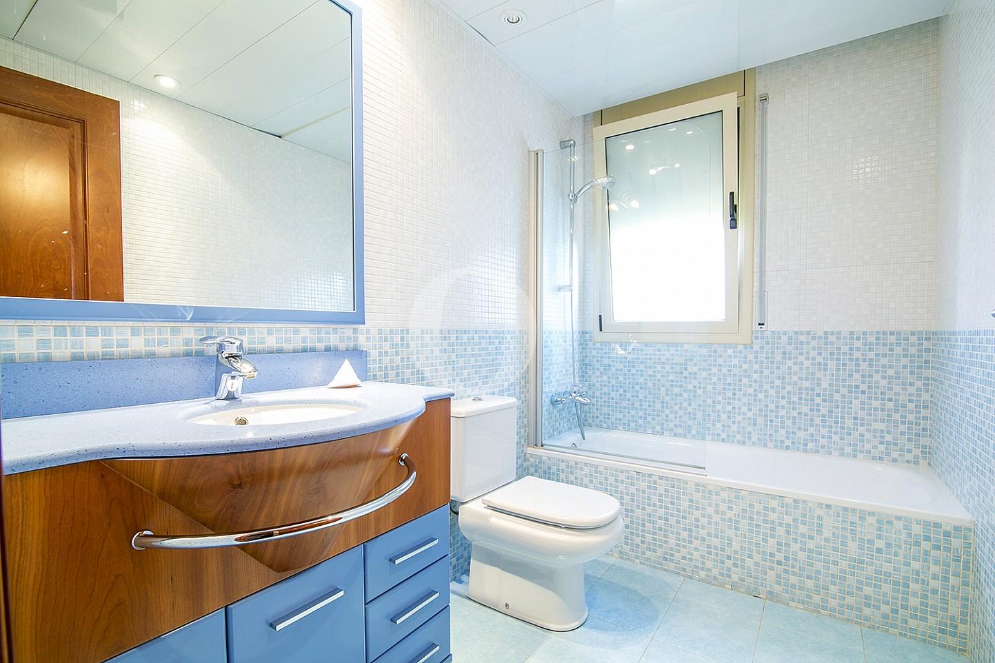 Baño con bañera de maravillosa casa en venta en Mongat, Maresme