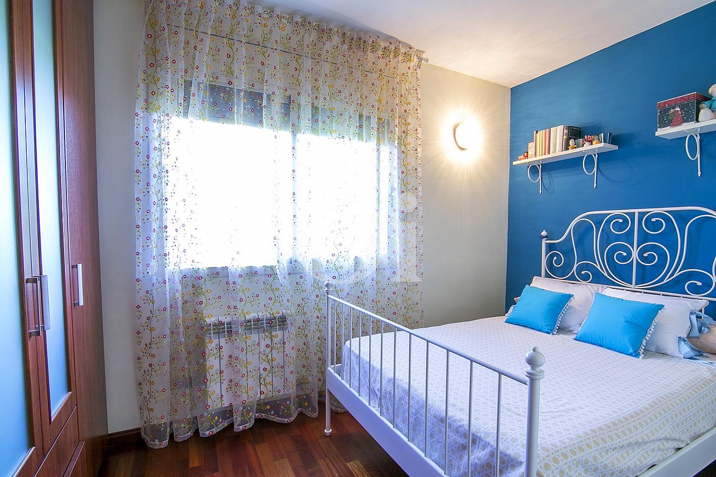 Dormitorio de maravillosa casa en venta en Mongat, Maresme