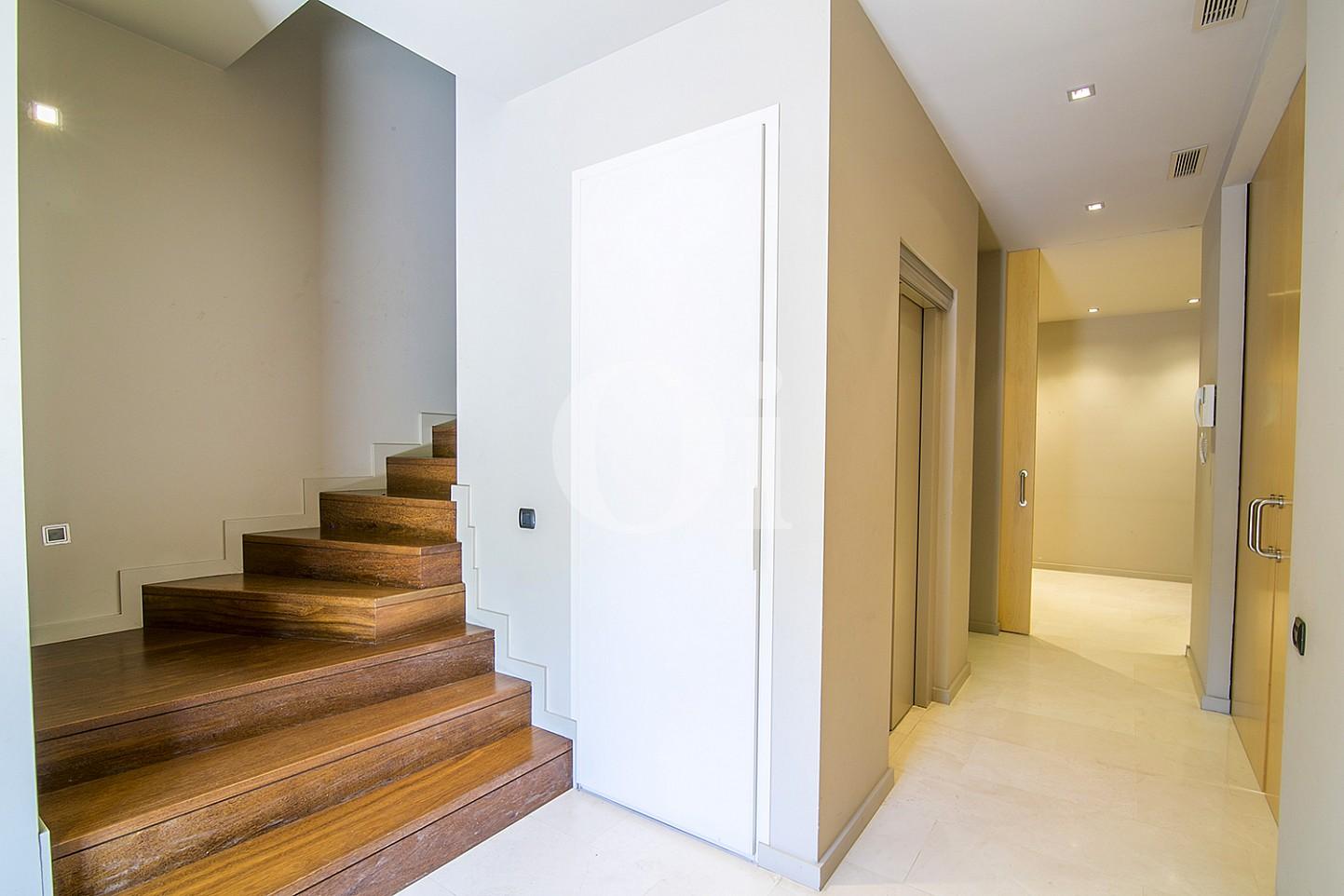 vista de escalera de parket y sulos de mármol en casa de lujo en venta en barcelona