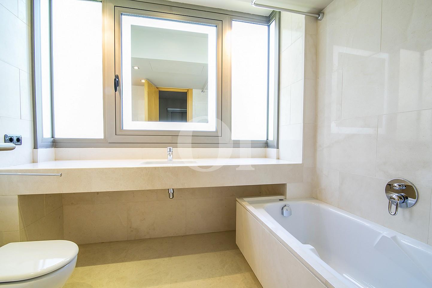 vista de baño con bañera y encimera de marmol en casa de lujo en venta barcelona