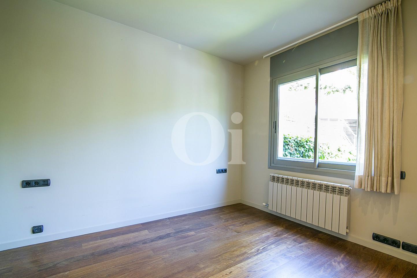 vista de habitación con ventanas al exterior en casa de lujo en venta en barcelona