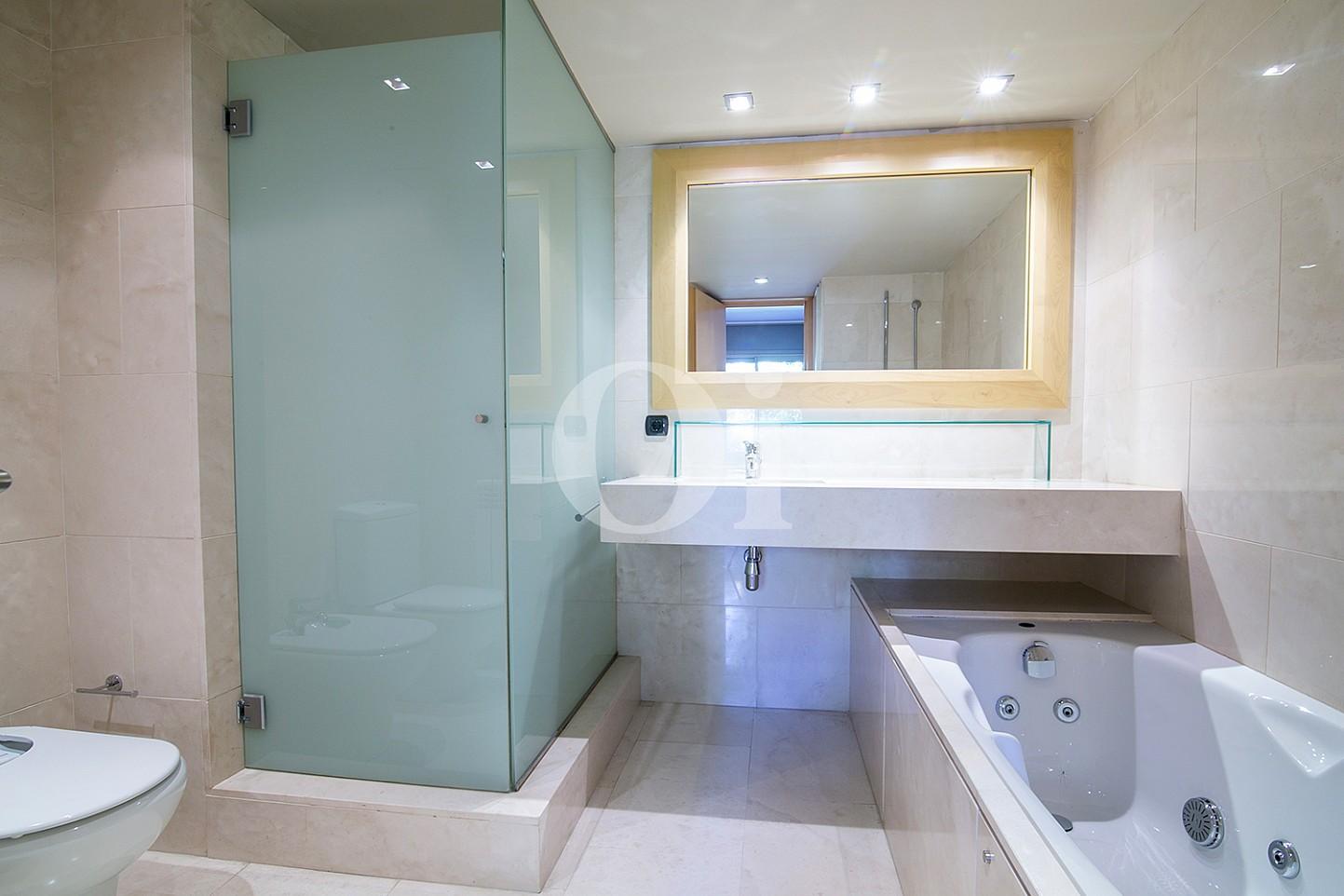 vista de baño en suite en casa de lujo en venta en barcelona