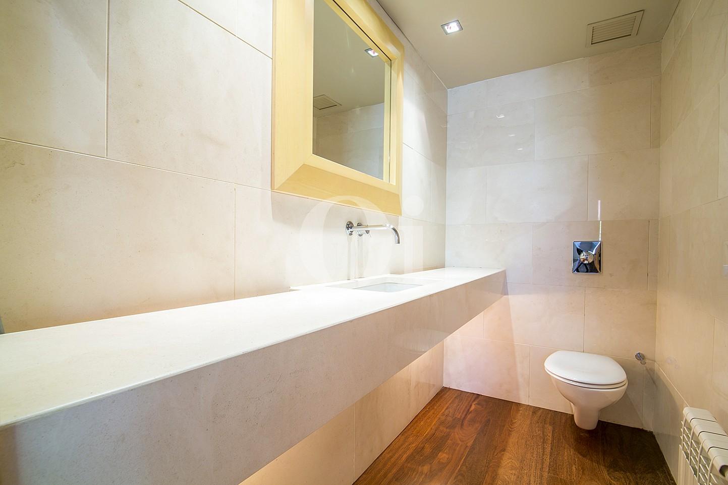 vista de aseo de diseño en casa de lujo en venta la zona alta de barcelona