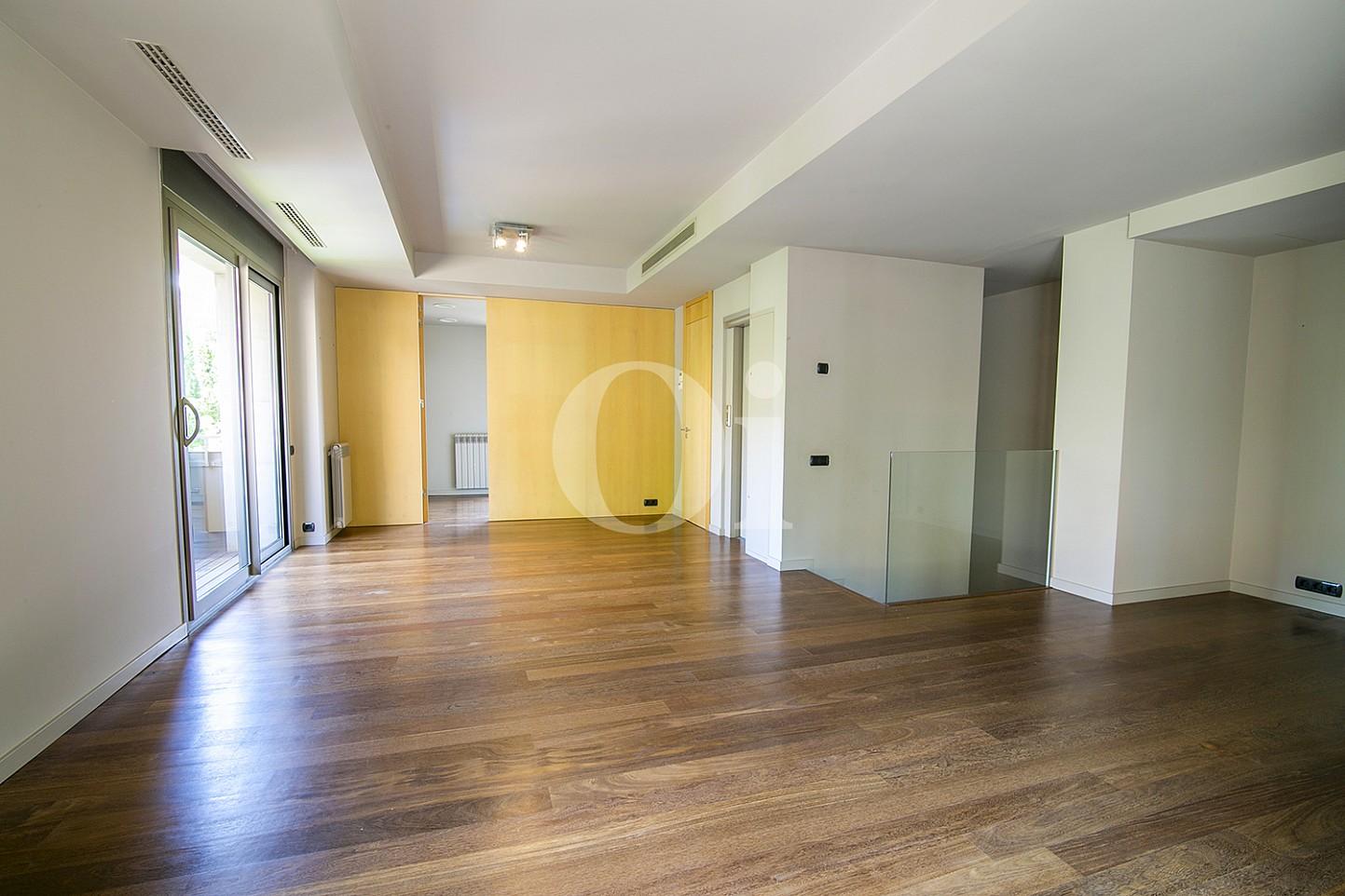 vista de salon comedor con salida al balcon en casa de ujo en venta en Barcelona