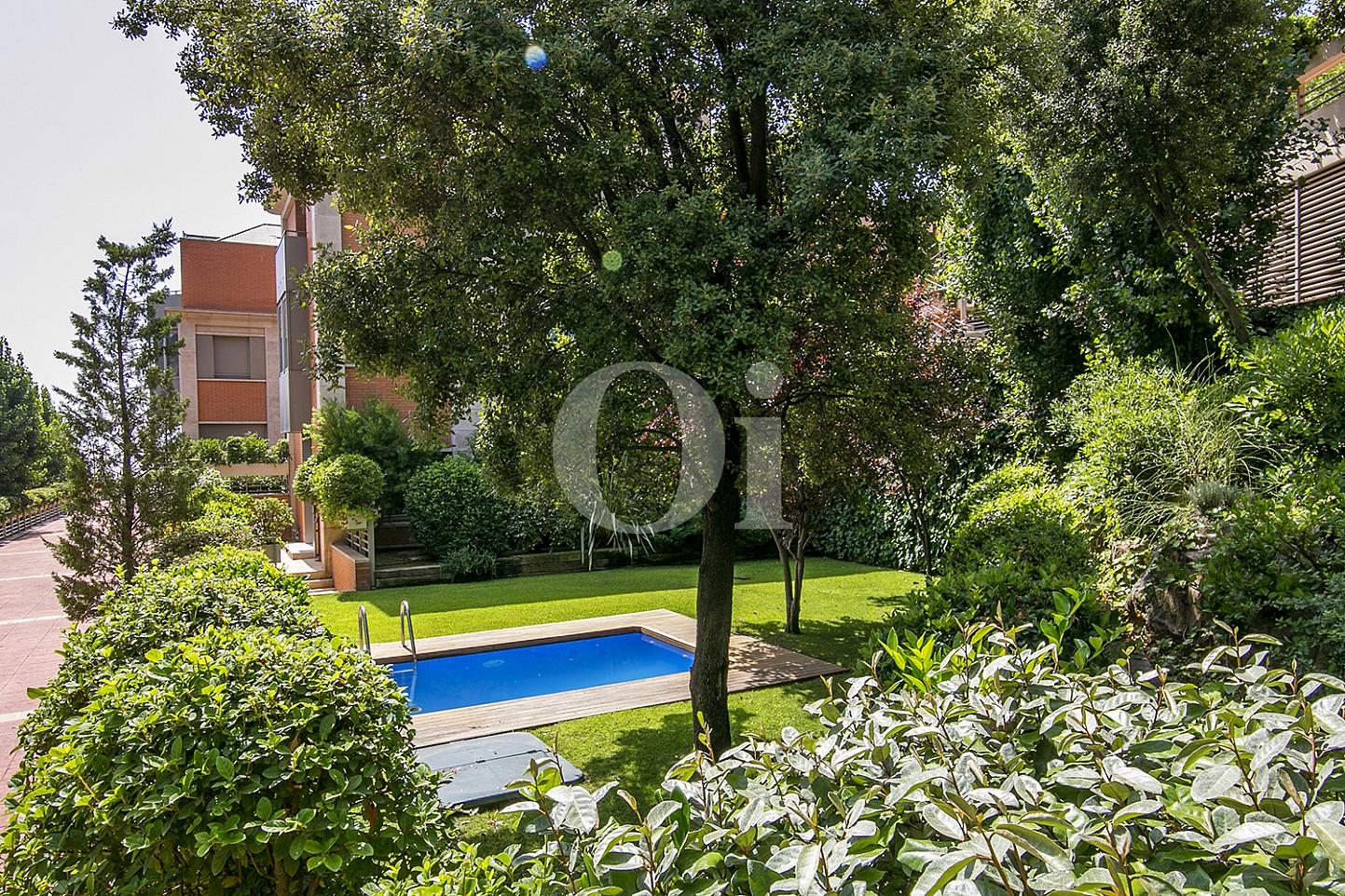 vista de vista de jardin con piscina en casa de lujo en venta en barcelona