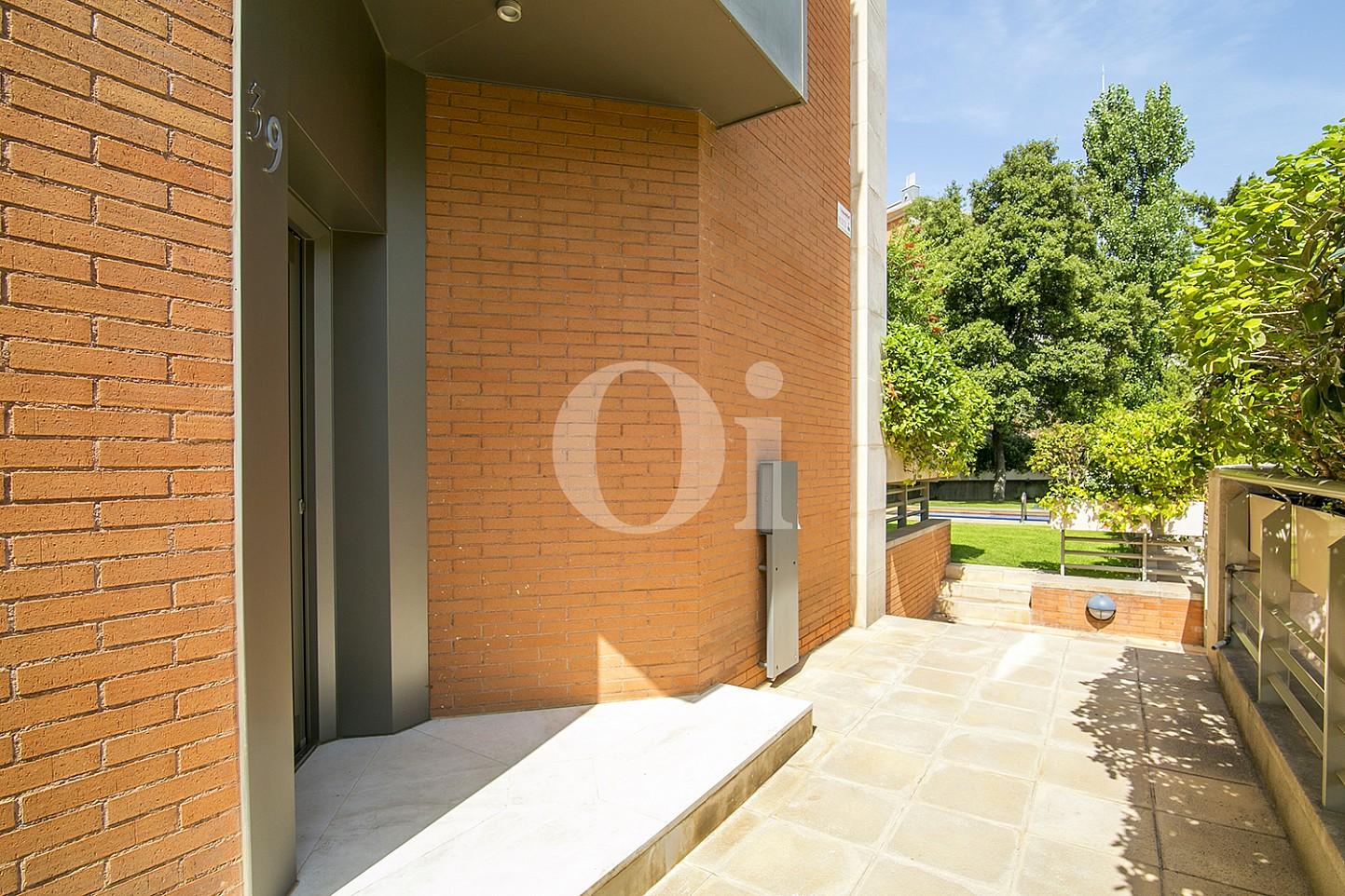 vista de entrada a casa de lujo en venta en barcelona