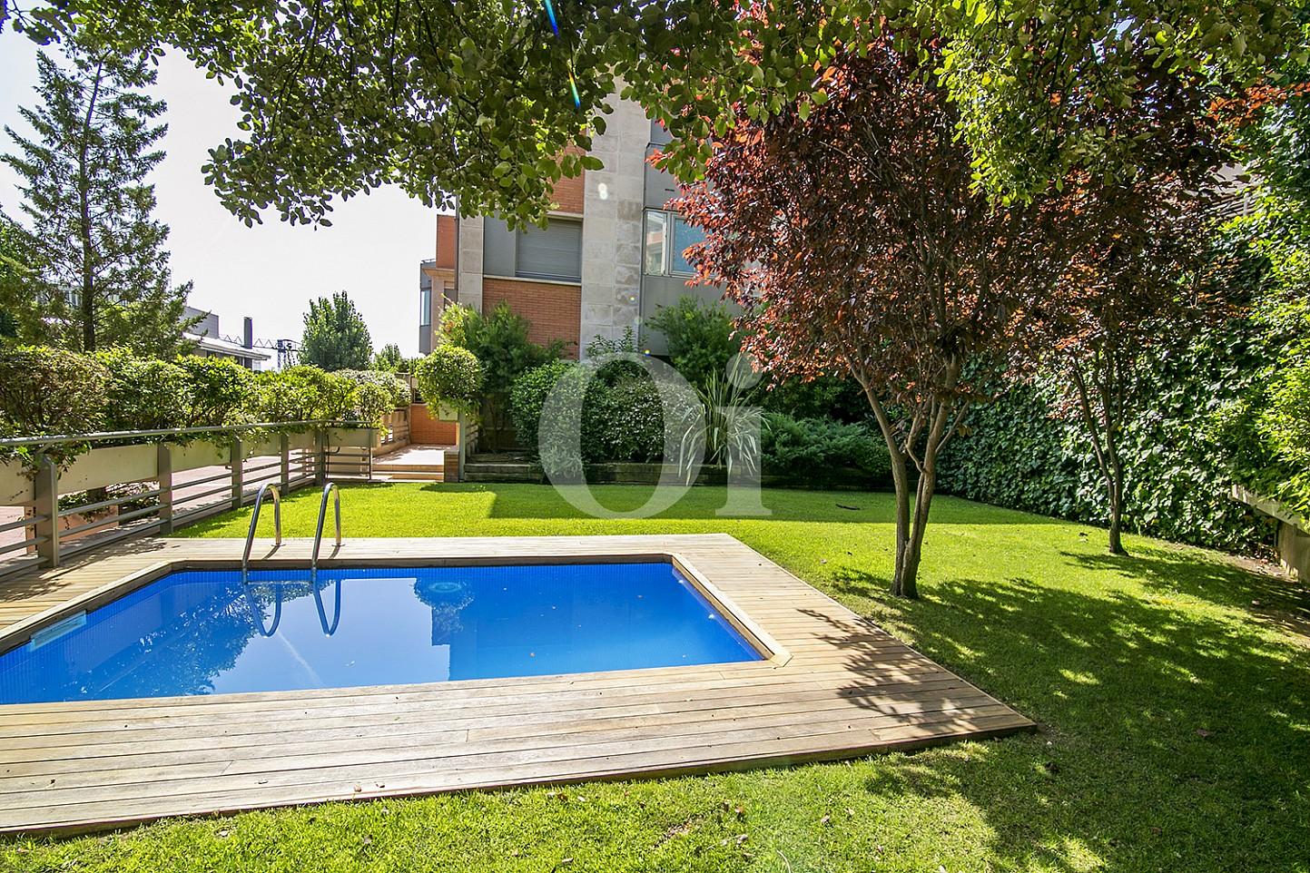 vista de piscina en casa de lujo en venta en barcelona