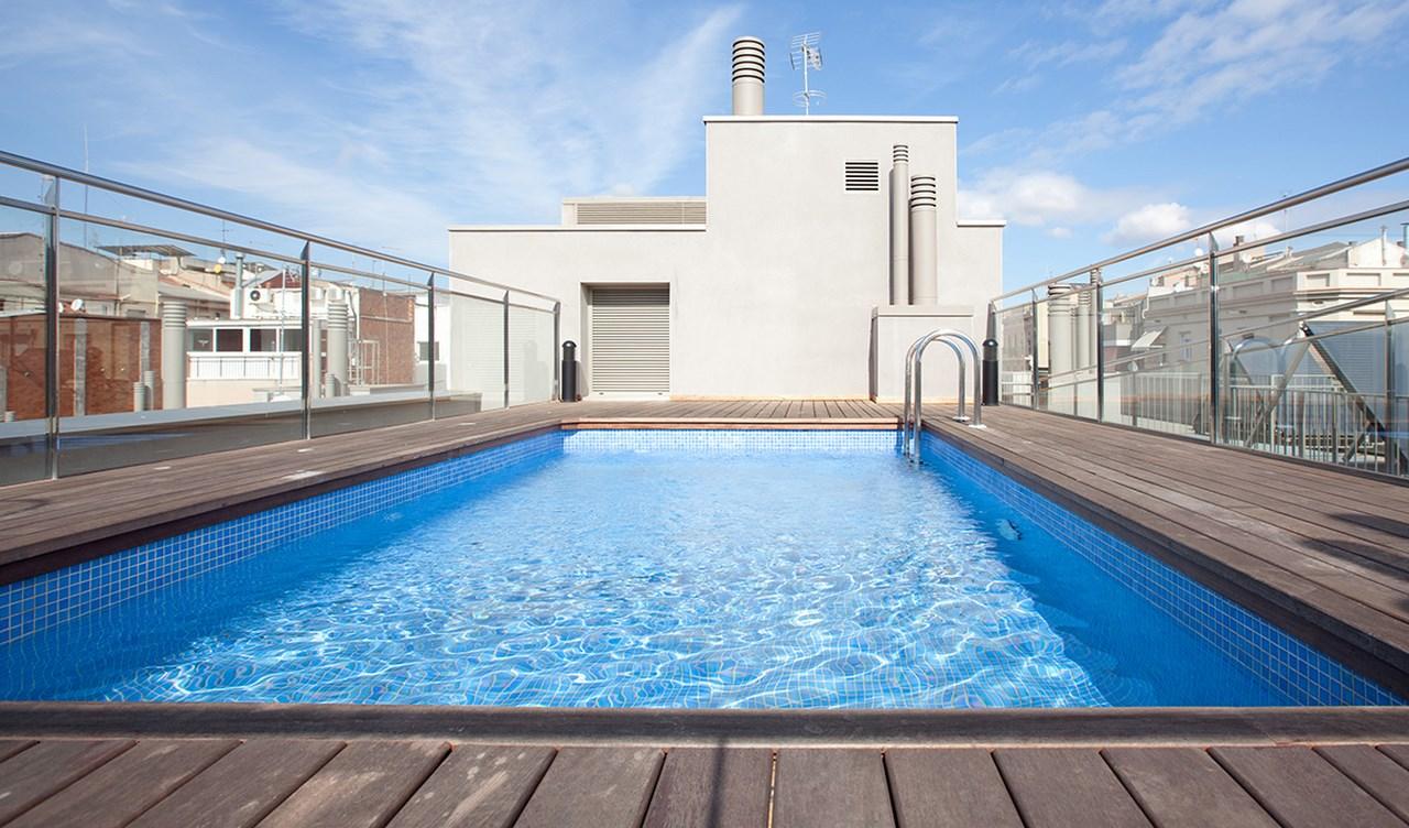 vista de piscina en el terrado de piso en venta de nuera promocion