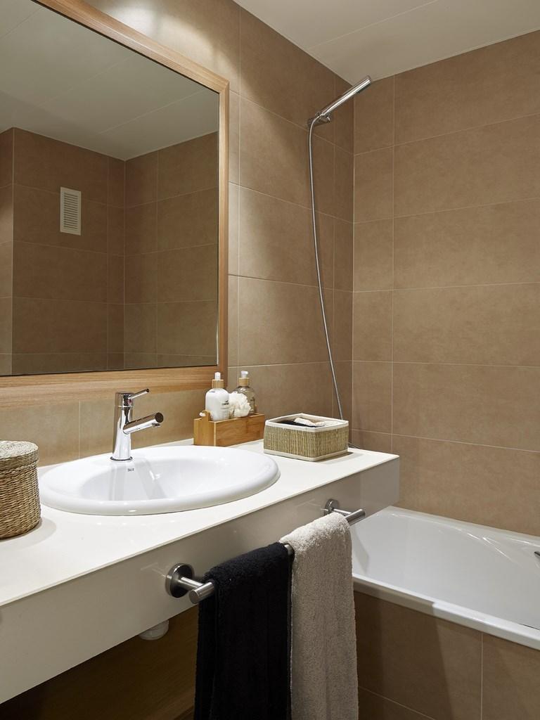 vista de baño completo con ducha en piso en venta en Sants