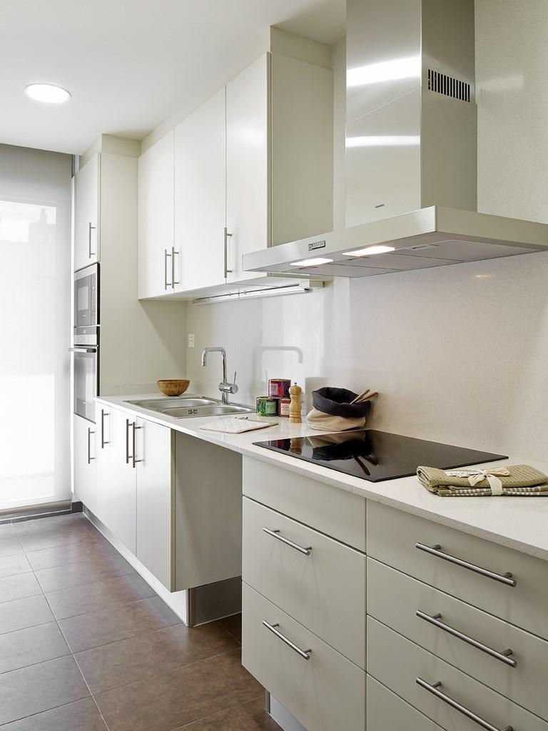 vista de cocina equipada en piso en venta de nueva promocion en Sants