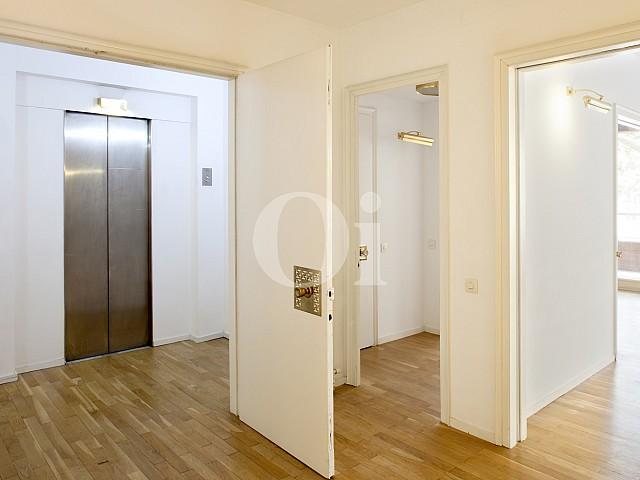 Ascensor de apartamento en alquiler en enclave privilegiado en Pedralbes
