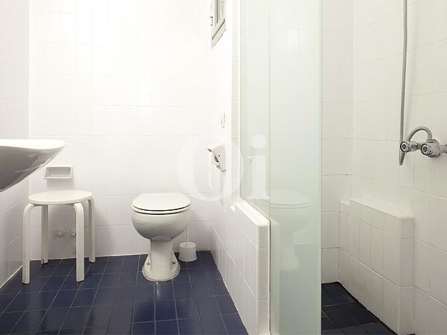 Baño con ducha de apartamento en alquiler en enclave privilegiado en Pedralbes