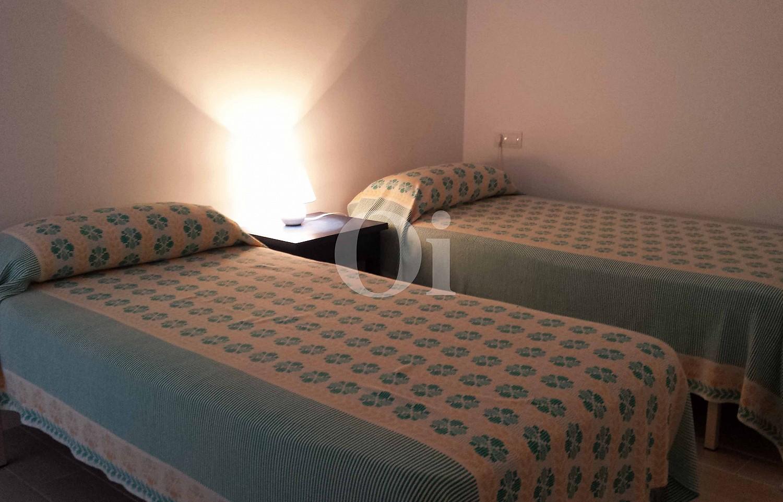 Спальня с двумя кроватями