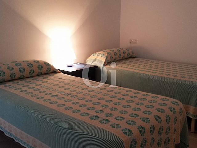 Dormitorio con dos camas de encantador apartamento en venta en S'Illot, Mallorca
