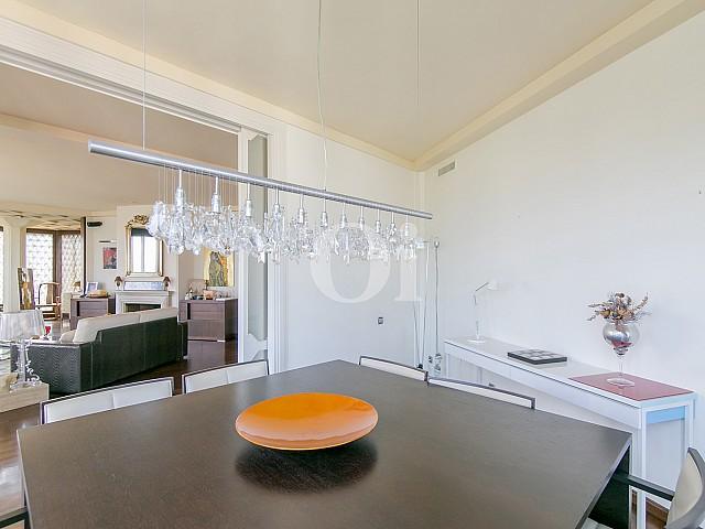 Salón-comedor de sofisticado piso en venta en Pedralbes, Barcelona