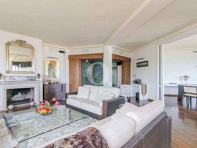 Sala de estar de sofisticado piso en venta en Pedralbes, Barcelona