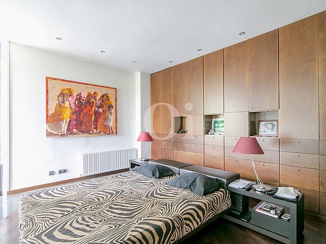 Habitación de matrimonio de sofisticado piso en venta en Pedralbes, Barcelona