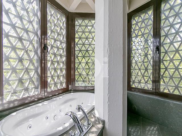 Baño con bañera de sofisticado piso en venta en Pedralbes, Barcelona