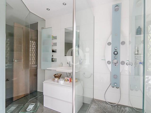 Baño con ducha de sofisticado piso en venta en Pedralbes, Barcelona