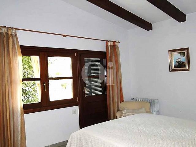 Dormitorio de finca rústica en venta con vistas al mar en Capdepera, Mallorca