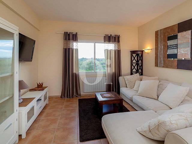 Sala de estar de apartamento nuevo en venta en Porto Cristo, Mallorca