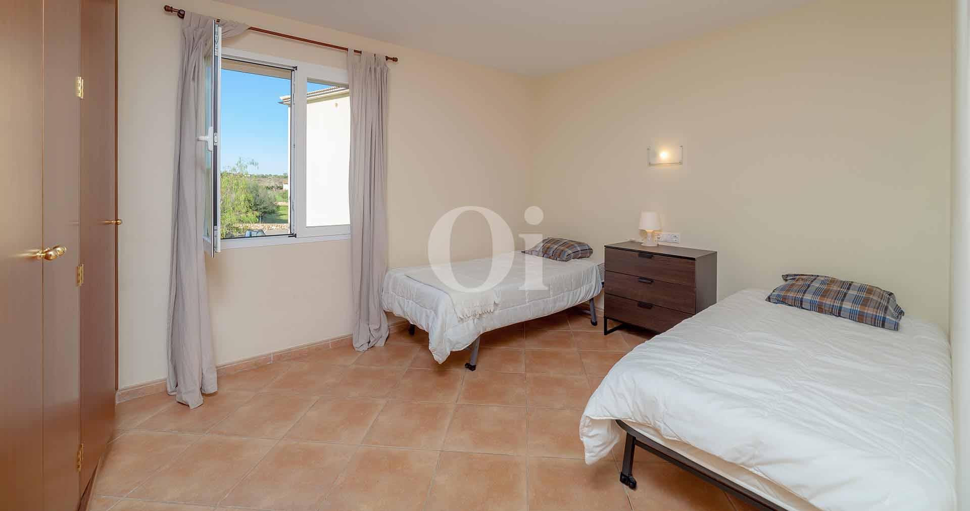 Dormitorio con dos camas de apartamento en venta en Porto Cristo, Mallorca