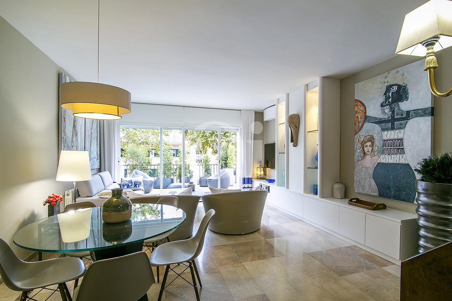 Sala de estar de lujoso ático dúplex en venta en S'Agaró, Costa Brava