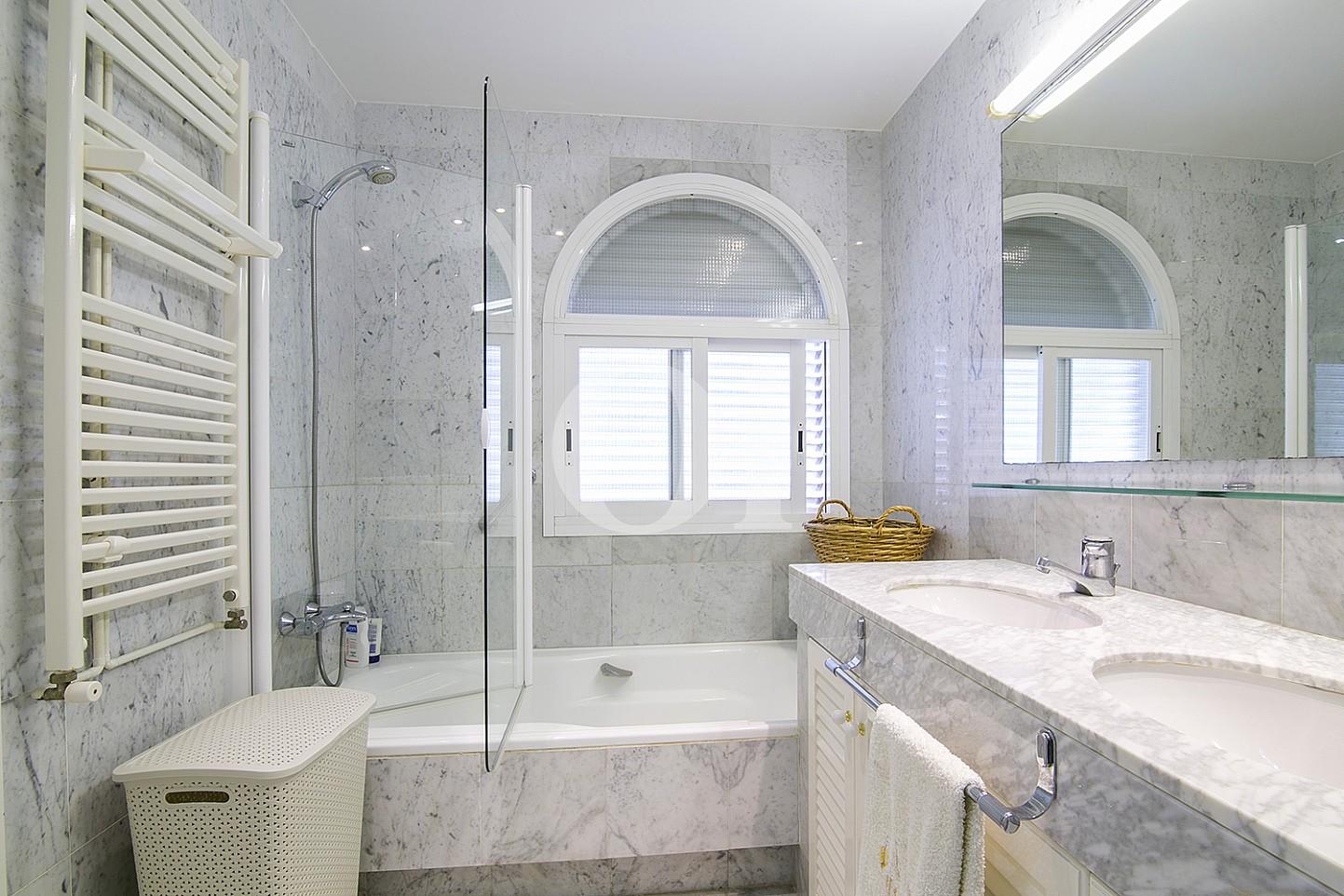 Baño con bañera de lujoso ático dúplex en venta en S'Agaró, Costa Brava