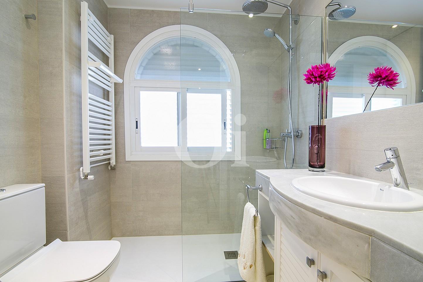 Baño con ducha de lujoso ático dúplex en venta en S'Agaró, Costa Brava