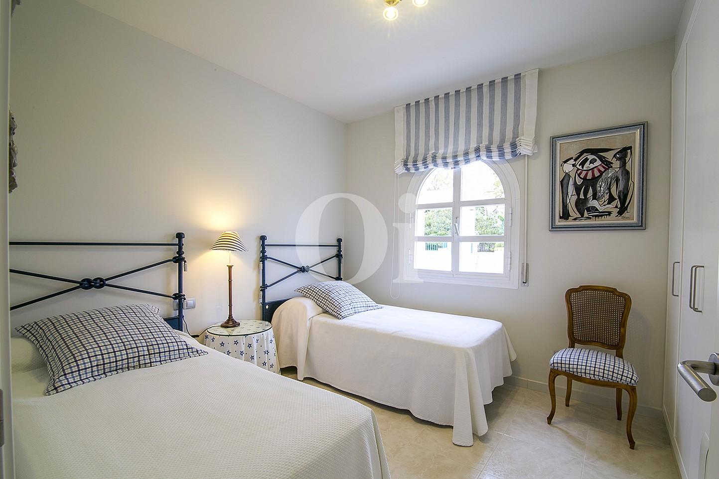 Dormitorio con dos camas de lujoso ático dúplex en venta en S'Agaró, Costa Brava