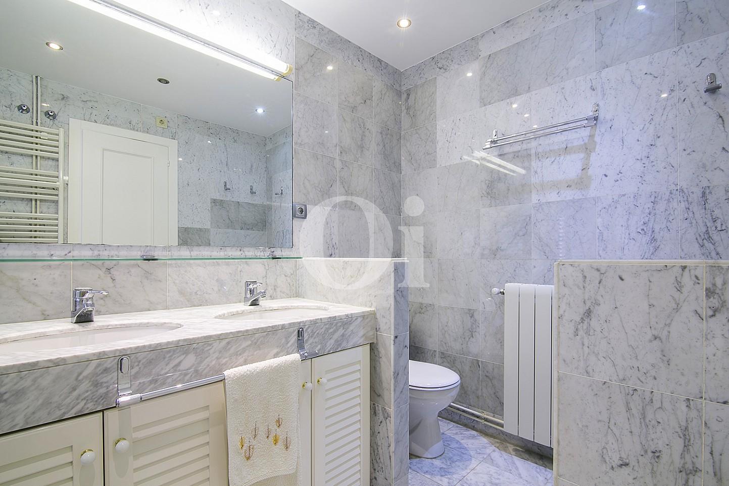 Baño de lujoso ático dúplex en venta en S'Agaró, Costa Brava
