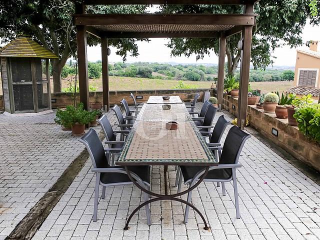 Comedor de verano de villa exclusiva en venta en Mallorca próxima a Manacor