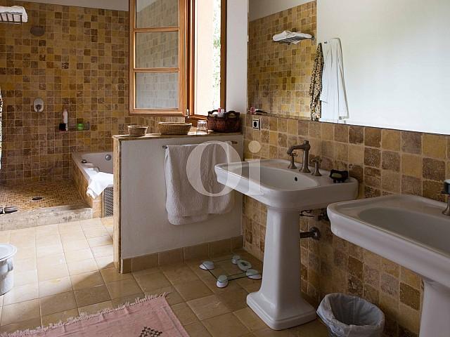Baño con bañera de villa exclusiva en venta en Mallorca próxima a Manacor